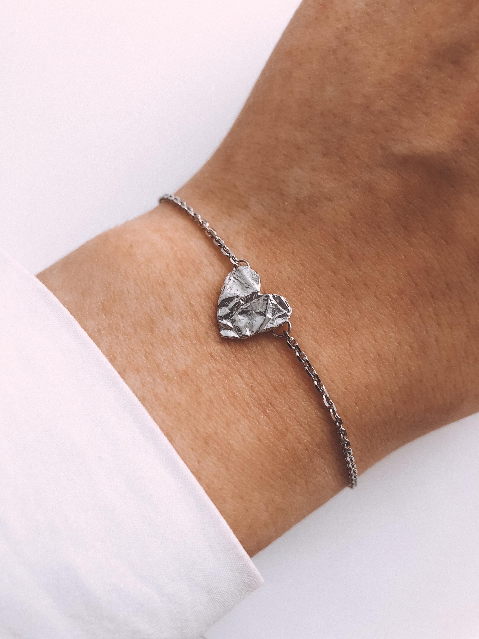 Серебряный браслет на цепочке сердце