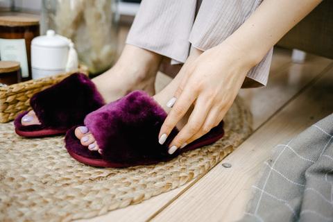 Меховые тапочки пурпурные с цельной шлейкой (склад)