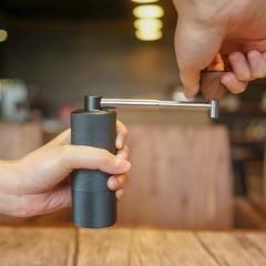 Кофемолка Timemore Nano  в действии