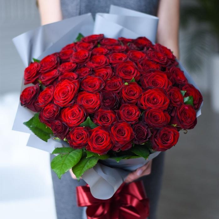Купить букет 51 красная бордовая роза в Перми акция
