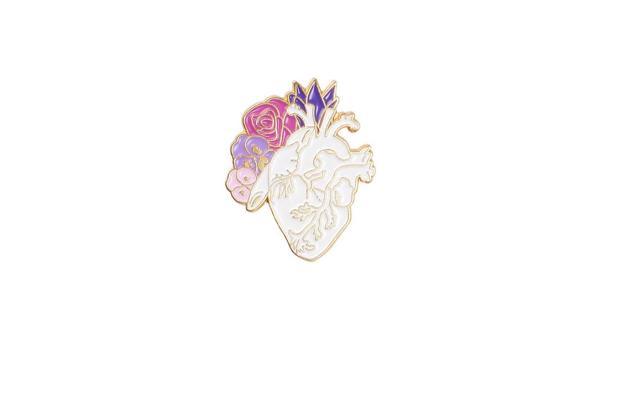 Брошь сердце белые/сиреневые цветы