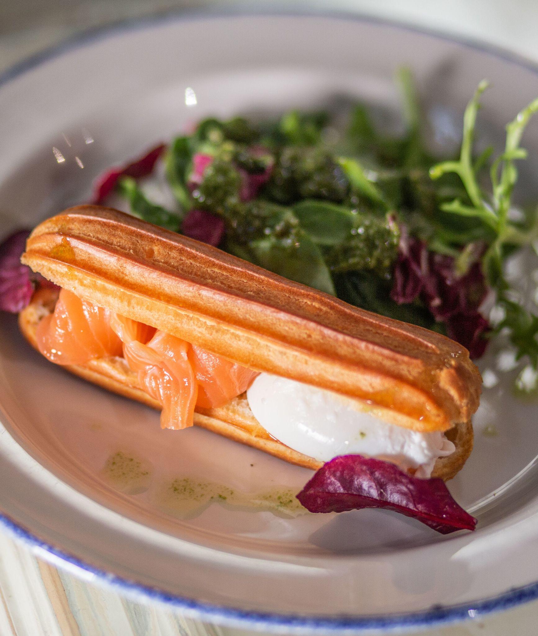 Эклер с лососем шеф-посола, яйцом пашот, соусом песто и шпинатом
