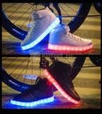 Светящиеся высокие кроссовки с USB зарядкой Fashion (Фэшн) на шнурках и липучках, цвет белый, светится вся подошва. Изображение 24 из 27.
