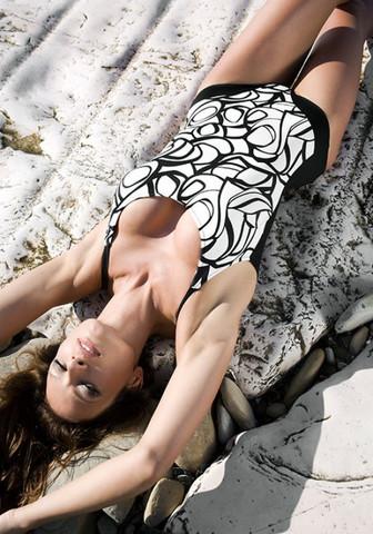 Женский слитный купальник в черно-белых тонах