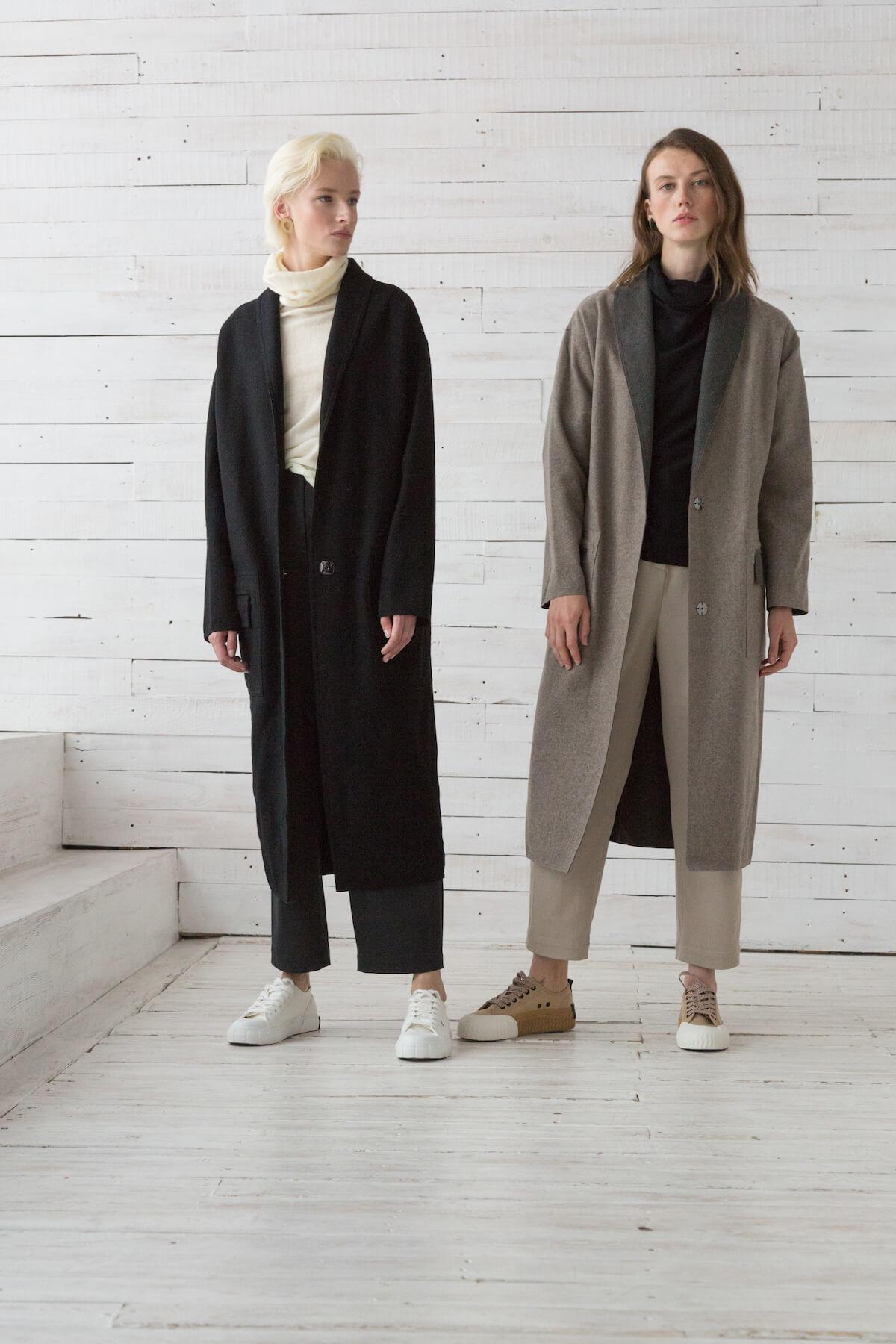 Пальто прямого кроя с накладными карманами и воротником-шалькой, серо-беж