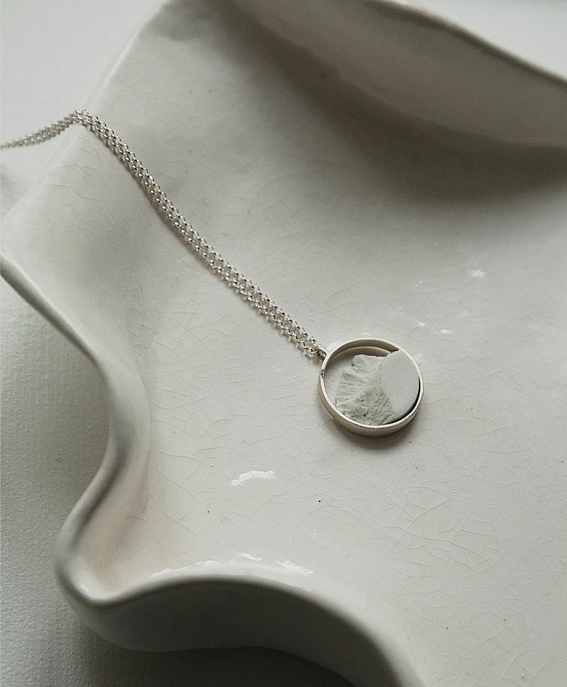колье-белое-серебро