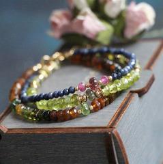 Тонкий браслет из синего сапфира, турмалина и рубина