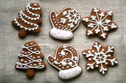 Шоколадные пряники без глютена, украшены белой глазурью