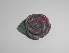 """Рубиновый цоизит 22.2 x 17.5 мм резной """"Роза"""""""
