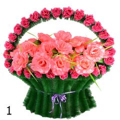 Корзина украшенная цветами роз и гвоздики