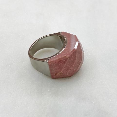 Кольцо-печатка фактурной огранки, сталь (розовый)
