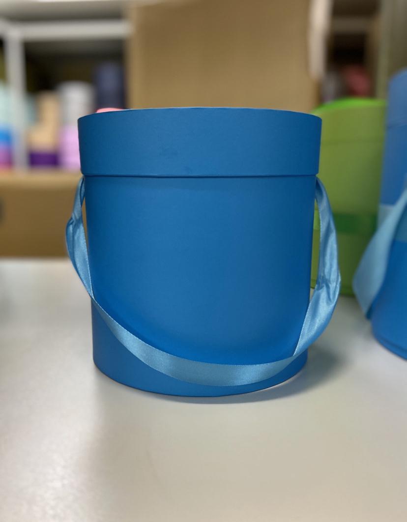 Шляпная коробка эконом вариант 18 см . Цвет: Ярко голубой  . Розница 350  рублей .