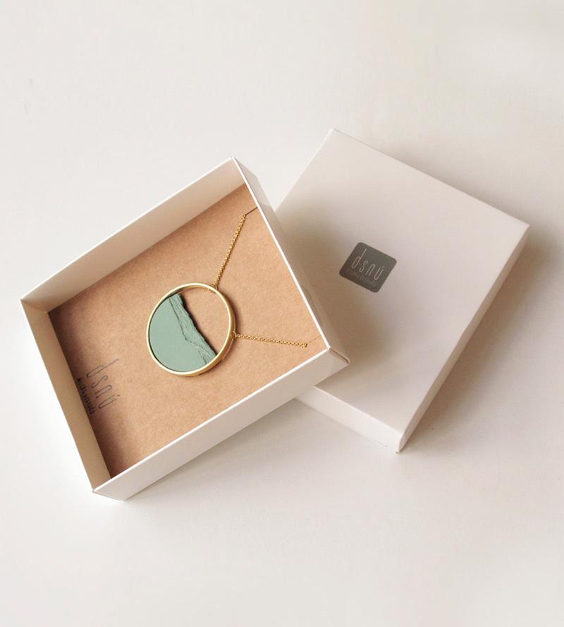 колье-HORIZON-Сircle-Big-Green-от-DSNU-упаковка-