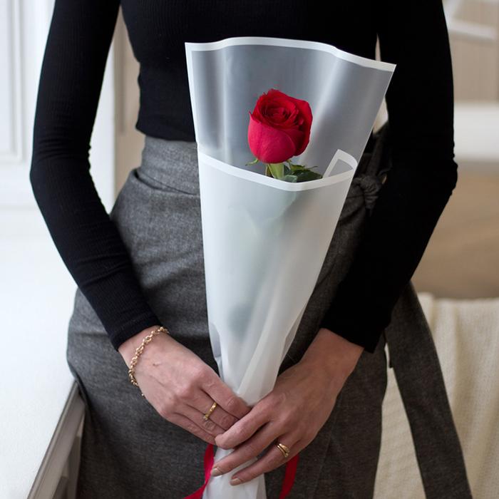 Купить букет 1 роза в стильном оформлении в Перми