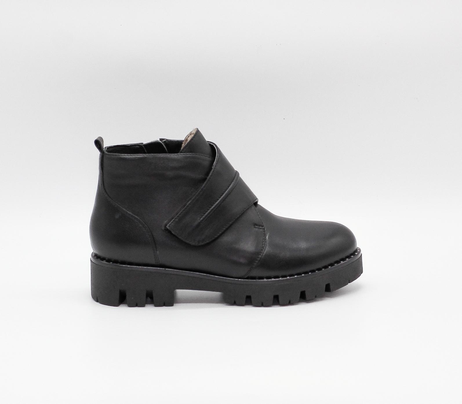 Зимние ботинки из натуральной кожи с протекторной подошвой