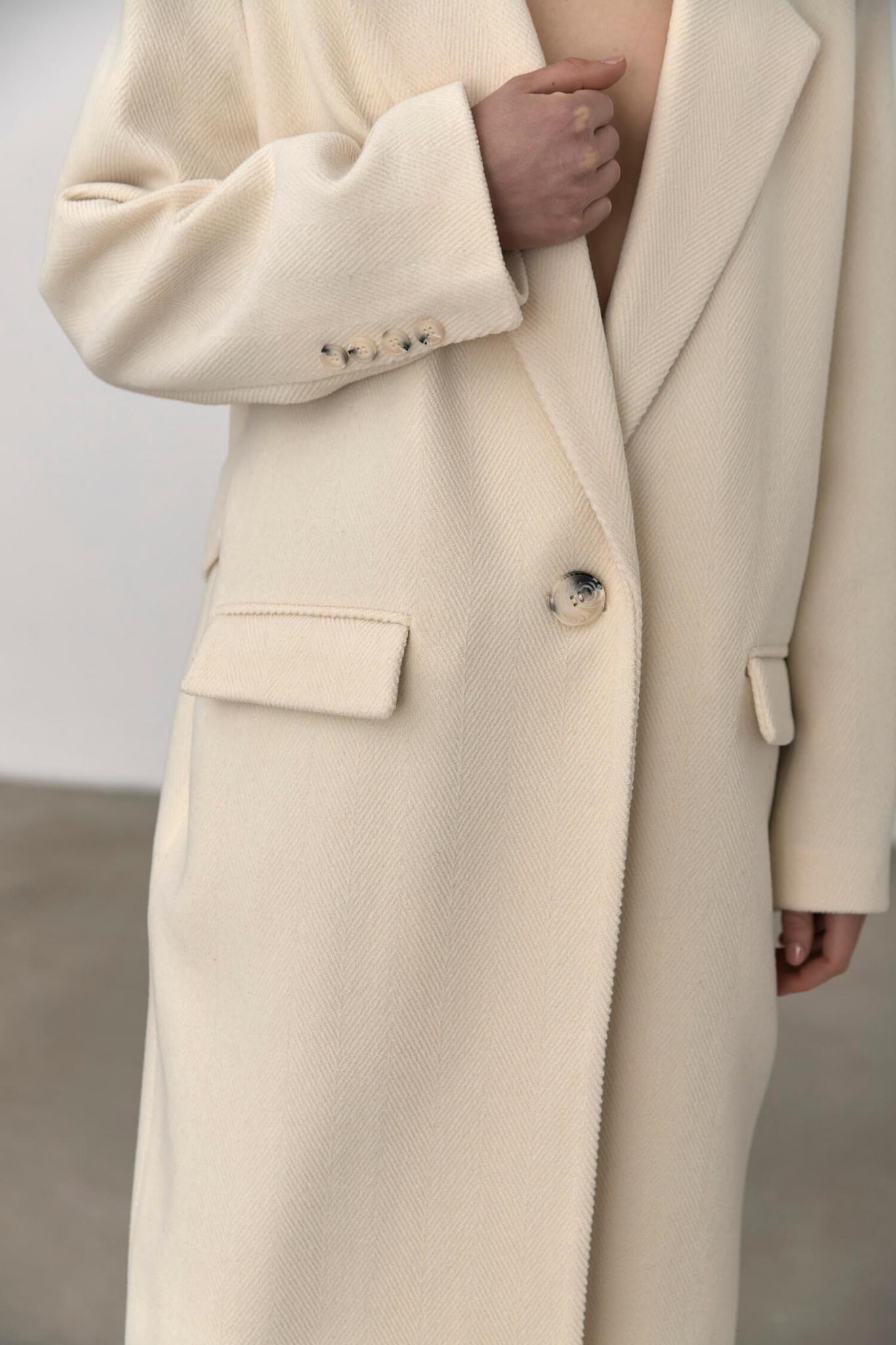 Пальто с мужского плеча с хлястиком на спинке, молоко