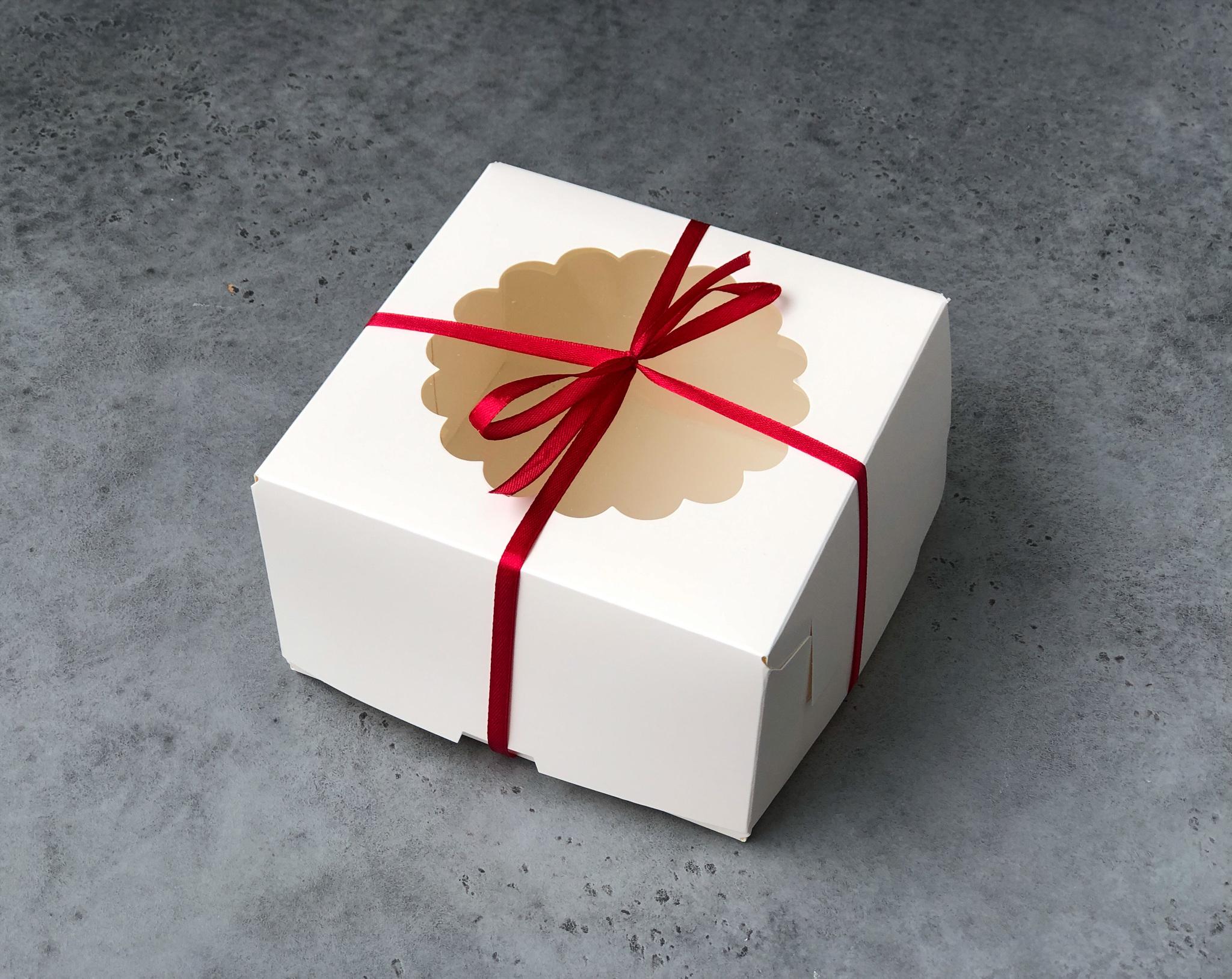 Коробка с узорным окном БЕЛАЯ 16х16,5х9 см