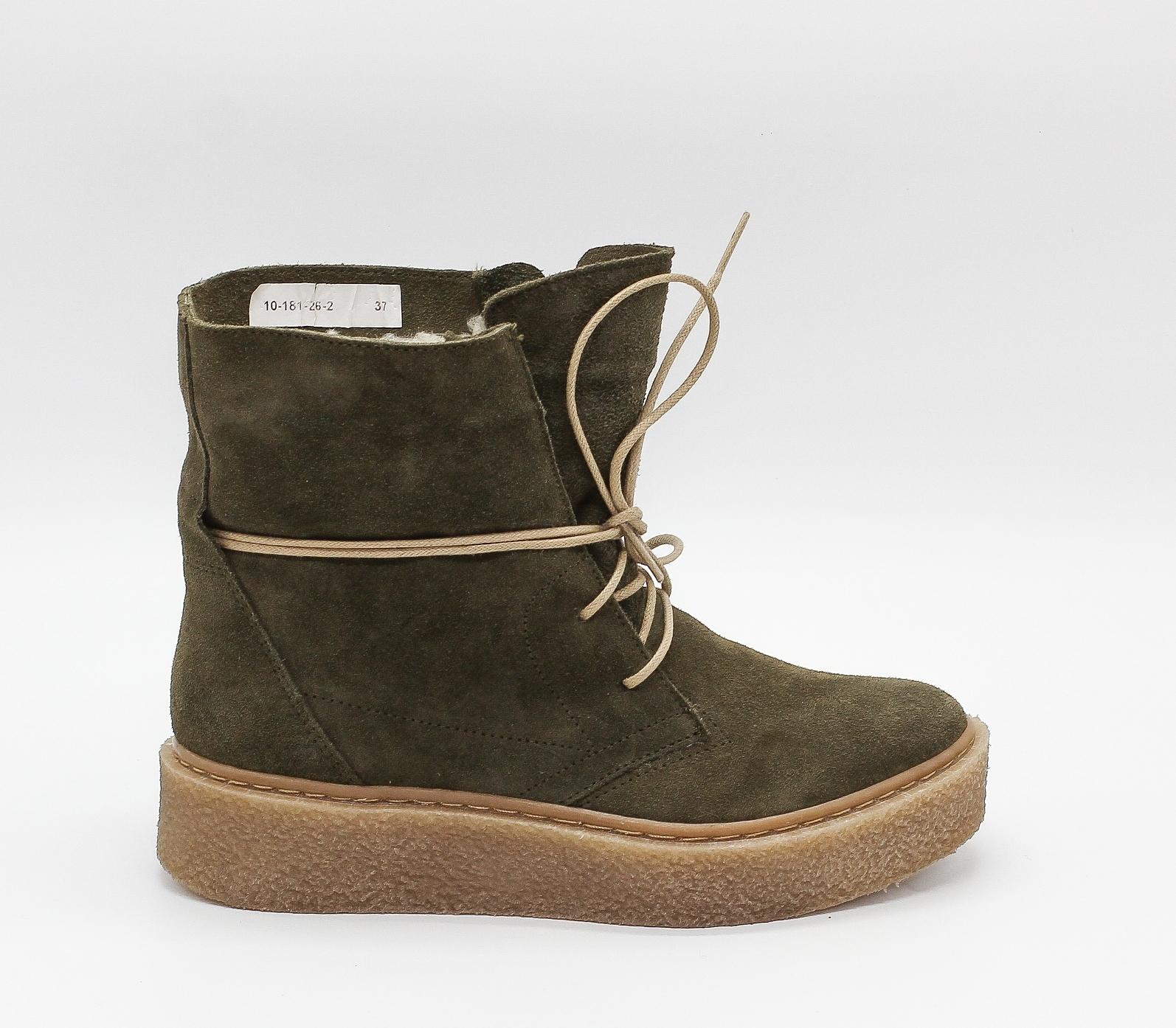 Замшевые зеленые ботинки на объемной каучуковой подошве