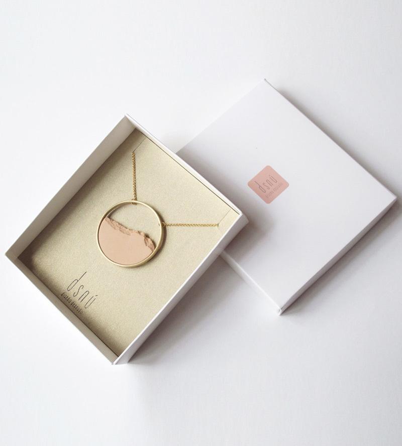 колье-HORIZON-Сircle-Big-Pink-от-DSNU-упаковка