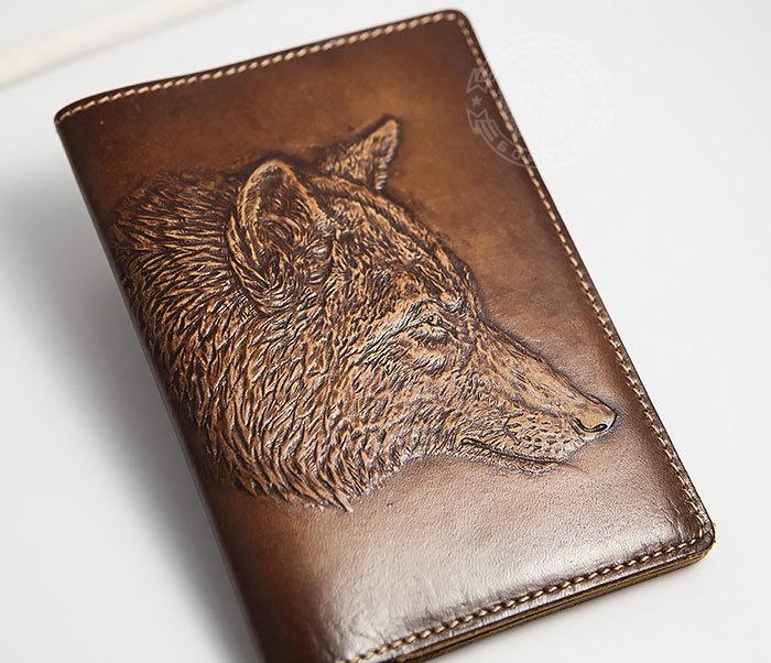 BY14-30-08 Обложка на паспорт из натуральной кожи с объемным волком