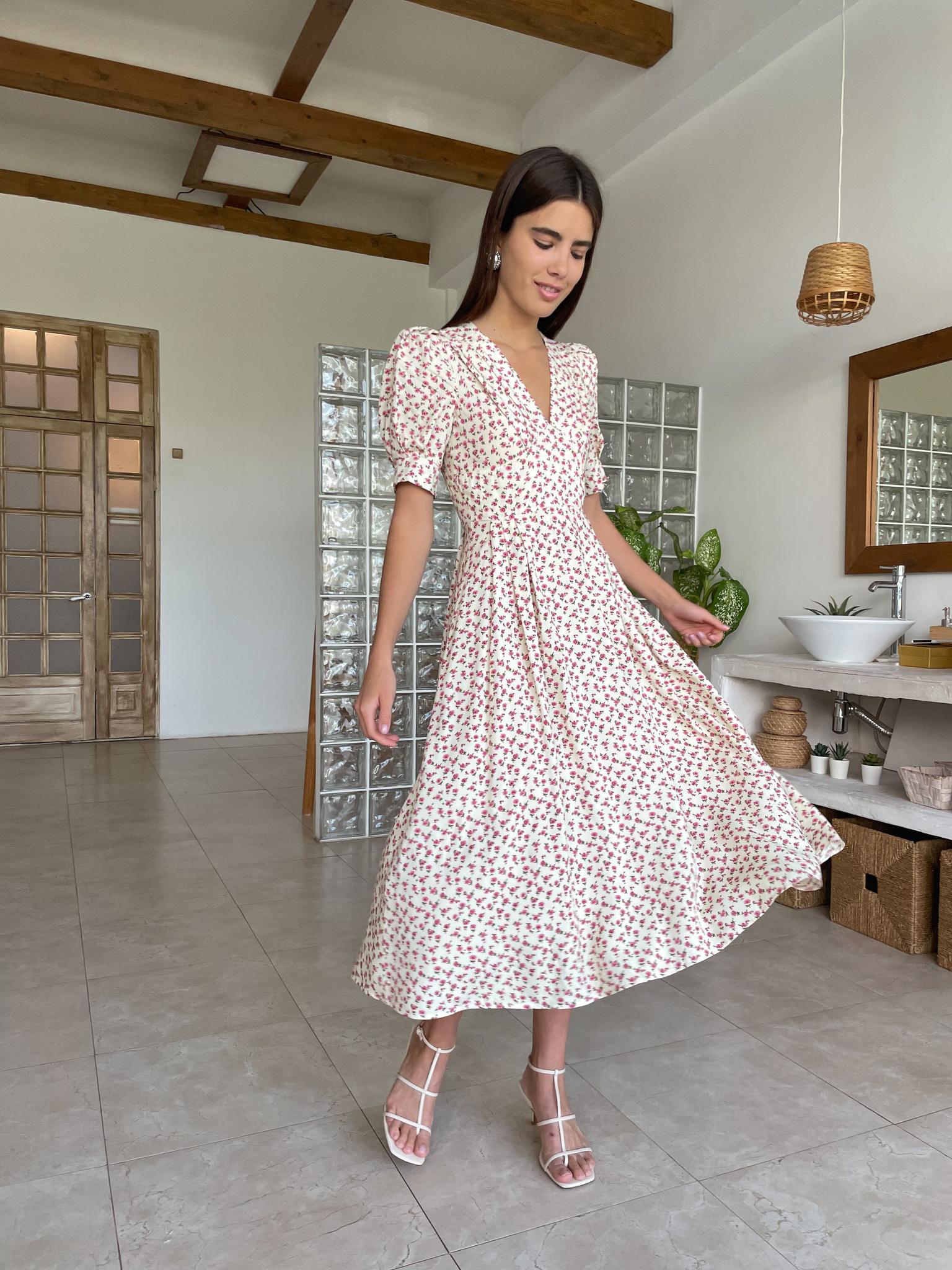 Платье миди с V-вырезом (цветы на молочном)