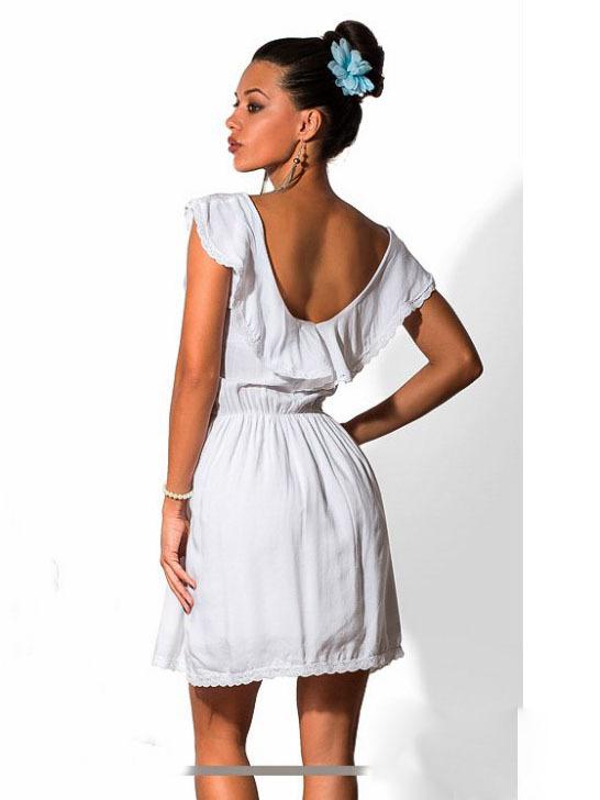 Короткое летнее белое платье с отделкой кружевом
