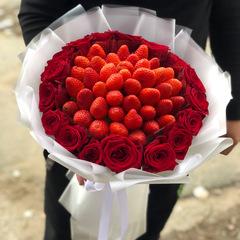 Букет из клубники и красных роз