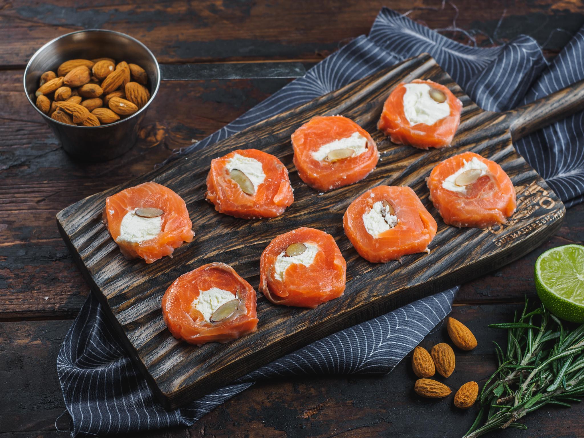 Закусочки из форели с творожным сыром и миндалем