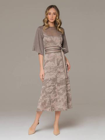 Женское платье серо-коричневого цвета на поясе - фото 1