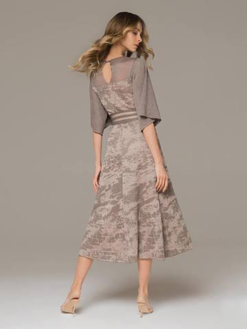 Женское платье серо-коричневого цвета на поясе - фото 3