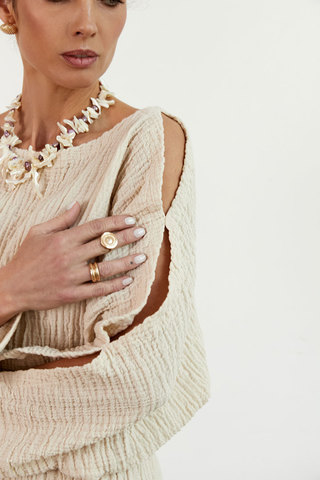 Блуза с разрезами на рукавах цвета беж