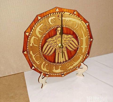 Часы ДекорКоми из дерева Охотничий календарь и Герб Коми 25х25см