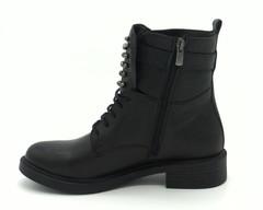 Черные кожаные ботинки с декоративным элементом