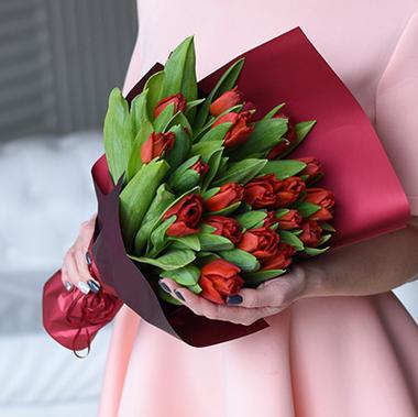 Купить букет 21 красный тюльпан в Перми
