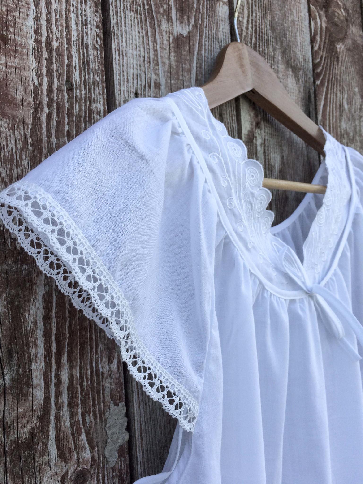 Батистовая сорочка удлинённая с вышивкой и кружевом