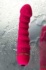 Розовый рельефный вибромассажер - 16 см. -