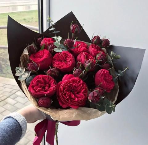 Пионовидные розы Ред Пиано с эвкалиптом #1432312