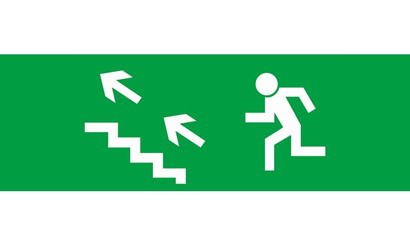 Знак для табло направления движения – К ЭВАКУАЦИОННОМУ ВЫХОДУ ПО ЛЕСТНИЦЕ ВВЕРХ НАЛЕВО
