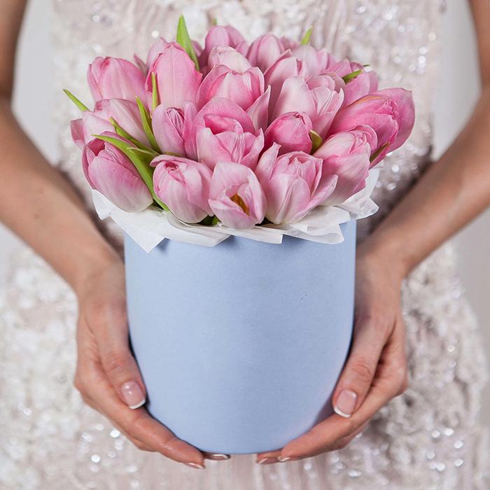 Купить букет розовых тюльпанов в голубой шляпной коробке Пермь