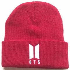 Вязаная шапка с отворотом и вышивкой BTS, красная