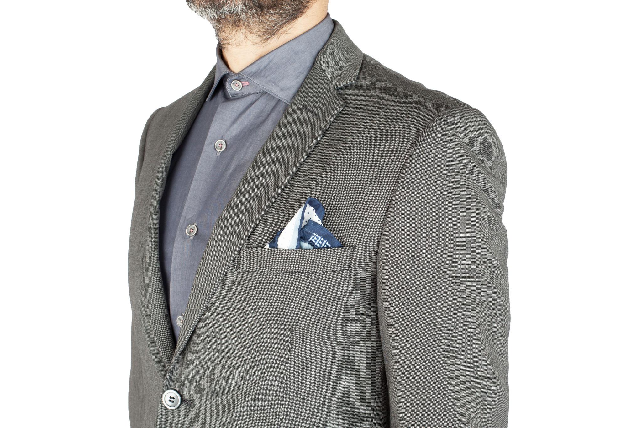 Светло-серый однотонный шерстяной костюм, нагрудный карман