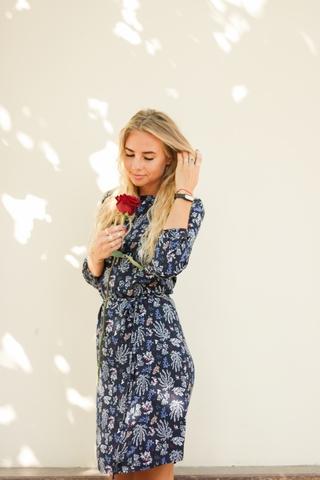 Платье прямое с поясом (синее с укропом)