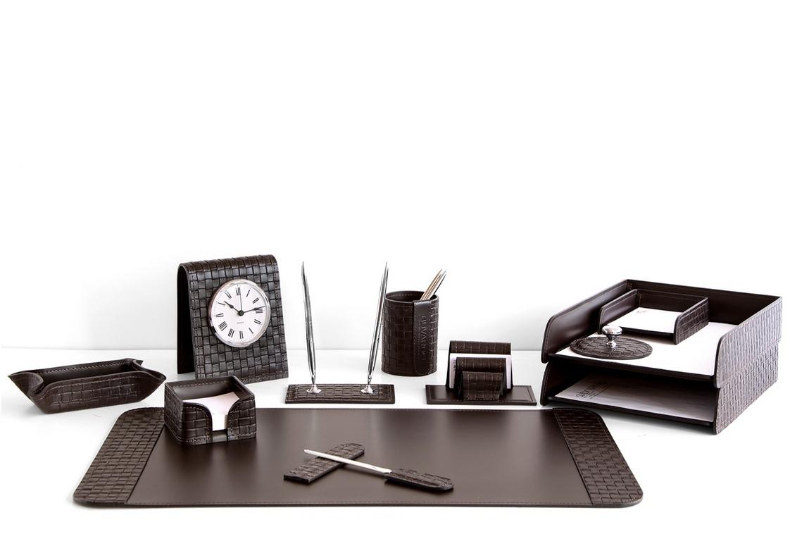 На фото набор на стол руководителя артикул 61115-EX/CT 12 предметов выполнен в цвете темно-коричневый шоколад кожи Cuoietto Treccia и Cuoietto. Возможно изготовление в черном цвете.