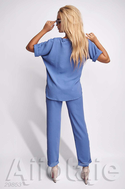 Легкий брючный костюм голубого цвета