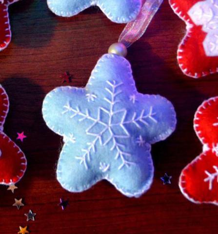 Подарочная игрушка из фетра ручной работы Голубая Снежинка