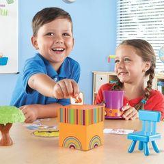 Дети играют в развивающую игру Лисичка в коробочке Learning Resources