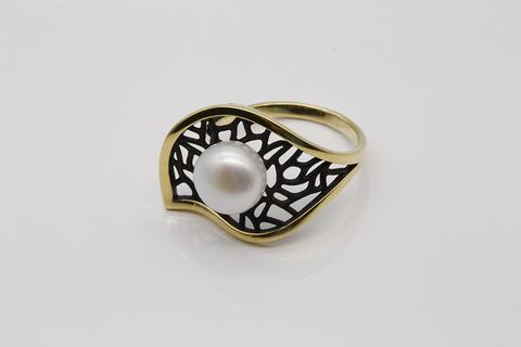 Кольцо из серебра 925 пробы с жемчугом.