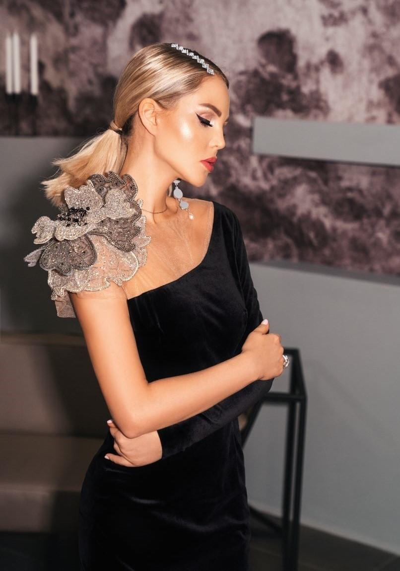 Платье черное бархатное с цветком