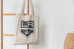 Сумка-шоппер с принтом НХЛ Лос-Анджелес Кингз (NHL Los Angeles Kings) бежевая 003