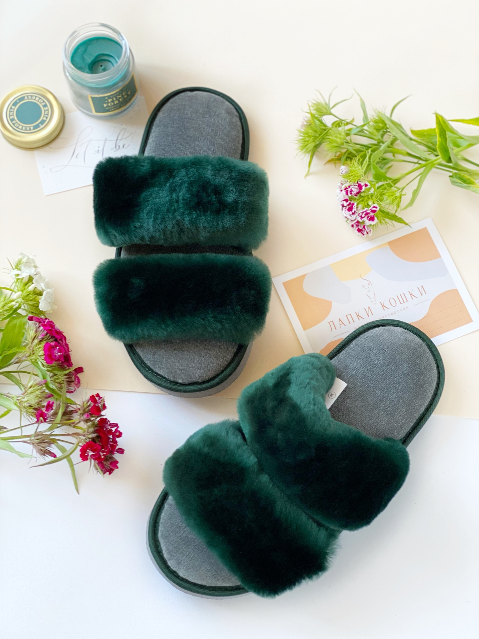 Меховые тапочки изумруд с параллельными шлейками и текстильной стелькой серой